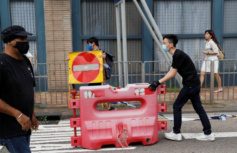 《反送中》抗議者今天續佔街頭。警方撤離後,抗議者也展開清除路障。(路透)