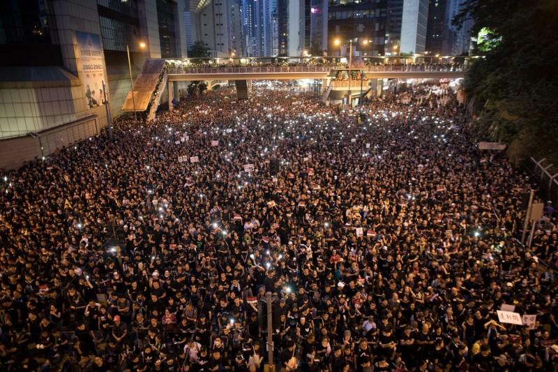 香港616逾200萬人抗議,入夜人潮未散。(歐新社)