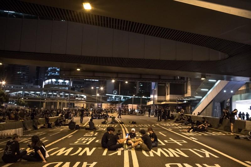香港200萬人怒吼後,大批民眾徹夜留守大街,今天續戰。(歐新社)