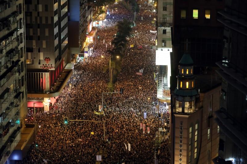 香港民眾為迫使港府撤回「逃犯條例」,16日200萬人再度走上街頭。(彭博)