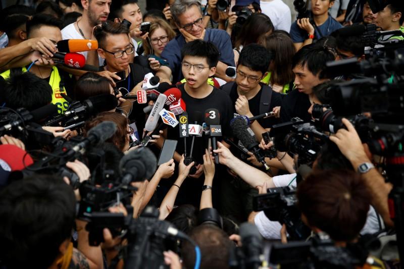 香港眾志黨祕書長、「雨傘運動」領袖黃之鋒今(17)出獄,接受各國媒體採訪。(路透)