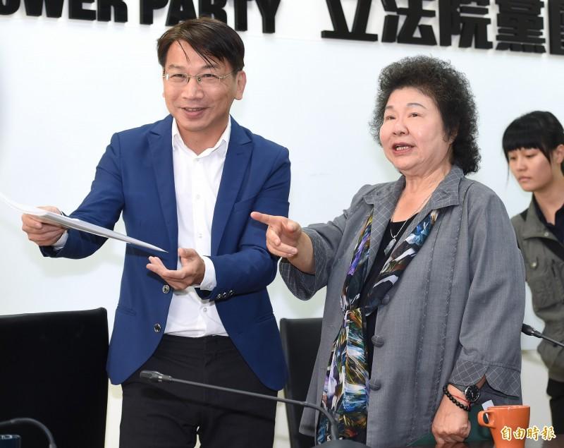 總統府秘書長陳菊(右)17日陪同四位大法官被提名人前往立法院,拜會各黨團尋求支持。(記者廖振輝攝)