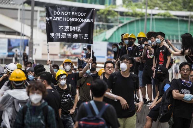 《反送中》抗議者今天續佔街頭。(法新社)
