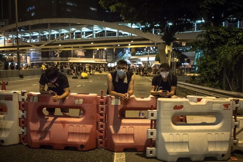 香港616逾200萬人抗爭後,仍有大批民眾留守大街,香港政府總部今天續關門。(歐新社)