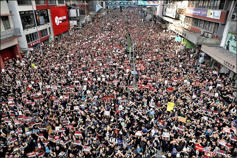 兩百萬香港民眾16日穿著黑衣再度上街,堅定要求港府撤回送中惡案、特首林鄭月娥下台。(法新社)