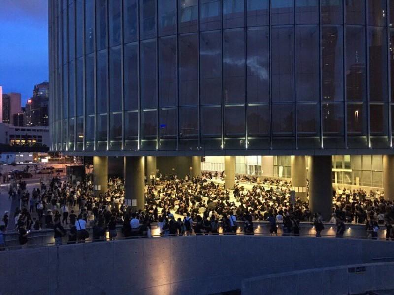 約有600名市民於立法會示威區前合唱聖歌。(圖擷取自反送中已核實資訊頻道)