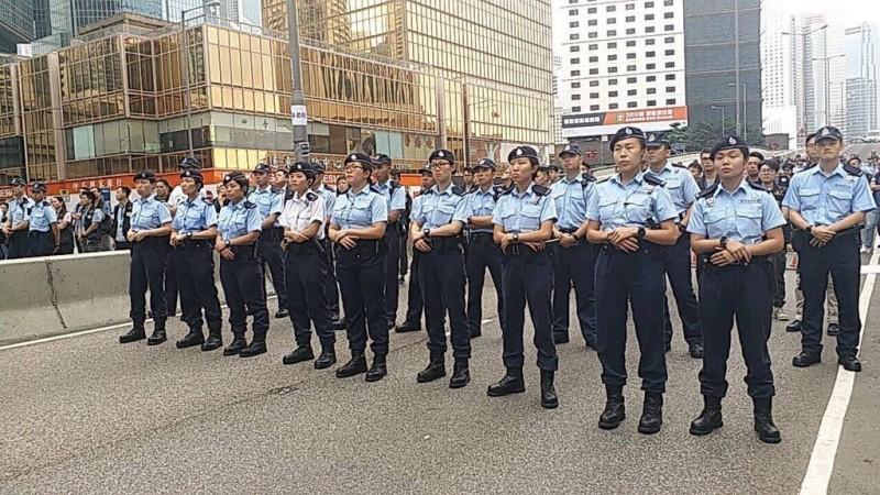 一批員警抵達夏慤道現場與示威者對峙。(圖擷取自反送中已核實資訊頻道)