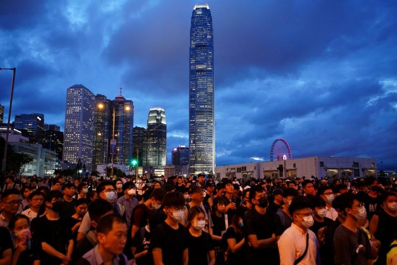 香港反送中遊行熱度居高不下,今天眾多示威者仍持續抗議。(路透)