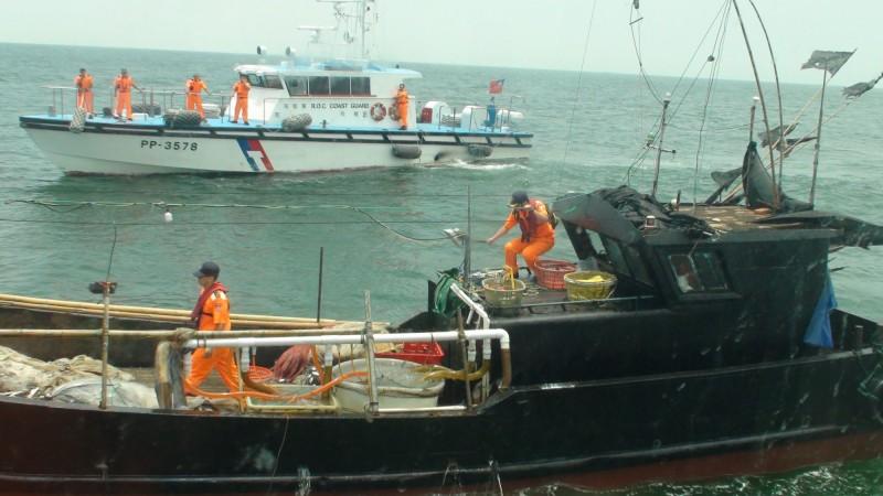 最後在我方警力強勢登檢後,將該中國漁船帶回偵辦。(資料照,記者俞肇福翻攝)