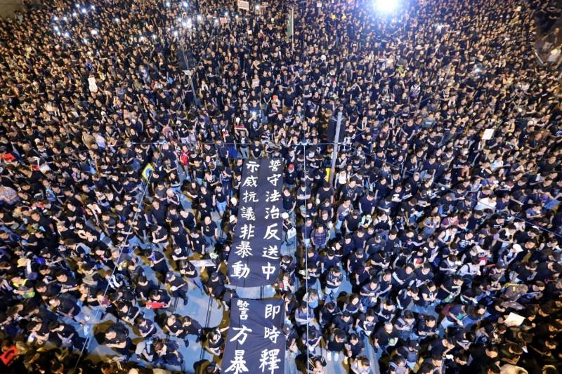 香港6月進行反送中抗爭,媒體大數據分析台灣各媒體在一定期間內的新聞影響力分數。(路透)
