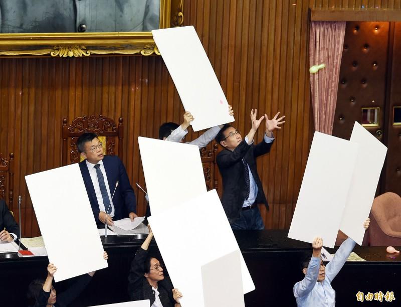 立法院17日舉行臨時會處理法案,朝野立委針對公投法修法進行表決攻防,二讀表決至最後一條條文時,國民黨團再次發動水球大戰。(記者方賓照攝)