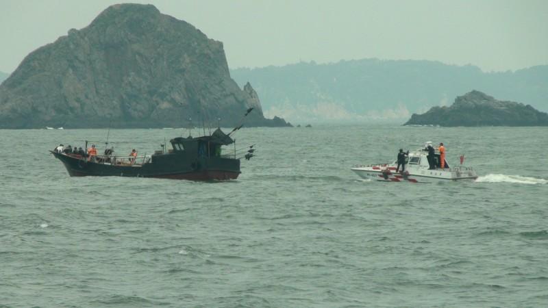 昨天中國籍船隻越界進入我國,過程中還蛇行、衝撞我國海巡艇。(資料照,記者俞肇福翻攝)
