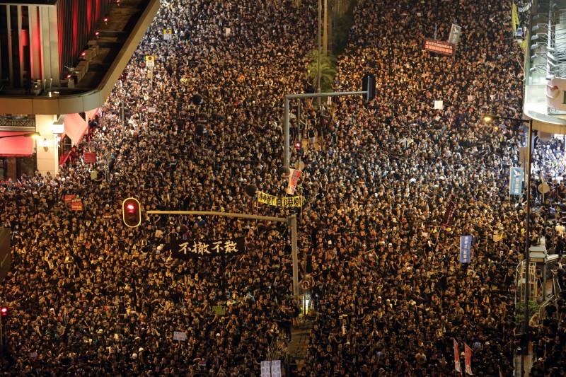 香港200萬市民上街反送中,現場響起《悲慘世界》名曲〈你有聽見人民的聲音嗎?〉(彭博)