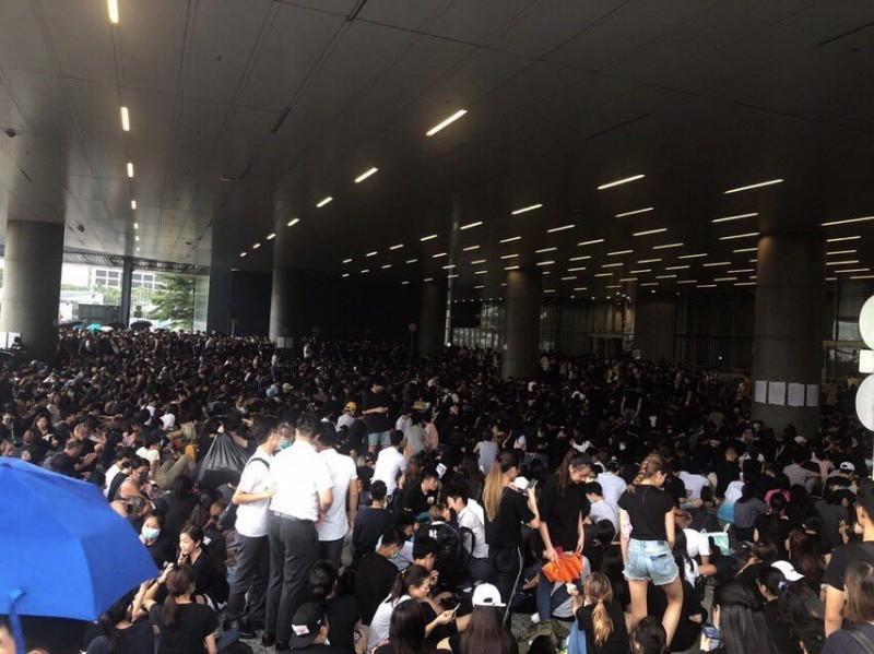 主要為罷課學生的群眾,擠滿了立法會示威區。(圖擷取自反送中已核實資訊頻道)