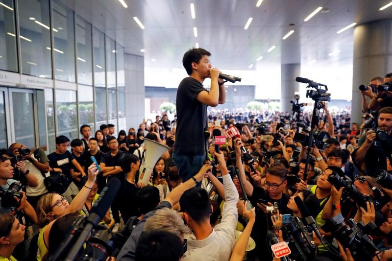黃之鋒說:「我們要求林鄭月娥道歉,並且收回『暴動』的指控,並且承認這是公民抗命行動,不是暴動。」(路透)
