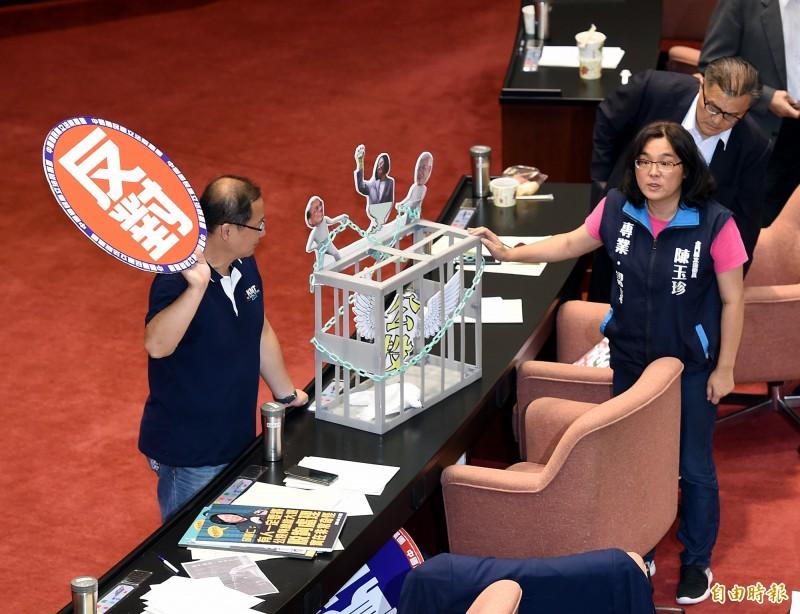 立法院17日舉行臨時會處理法案,朝野立委針對公投法修法進行表決攻防。(記者方賓照攝)