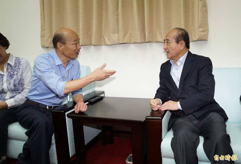 高雄市長韓國瑜17日前往立法院,並拜會了前立法院長王金平。(記者叢昌瑾攝)
