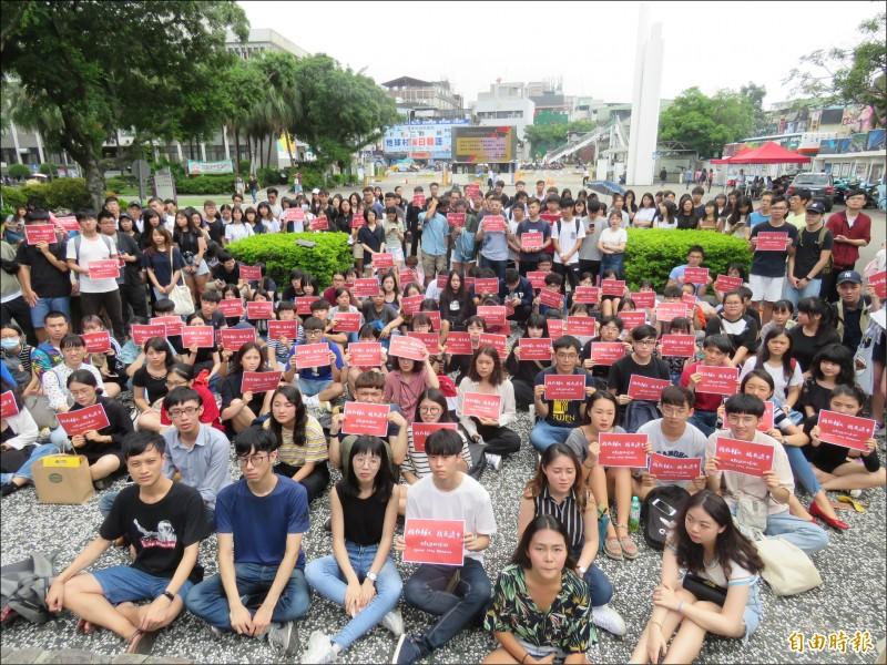 輔大兩百多名師生昨在校內聲援「反送中」。(記者陳心瑜攝)
