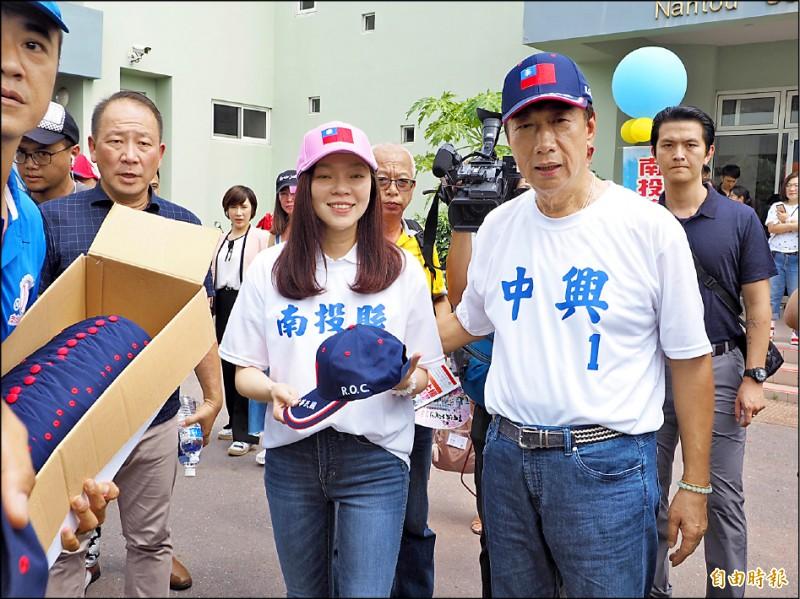 鴻海董事長郭台銘昨首度和妻子曾馨瑩跑行程,兩人首站回曾的母校中興國中棒球隊練球的南投縣立棒球場,探望隊員們。(記者陳鳳麗攝)