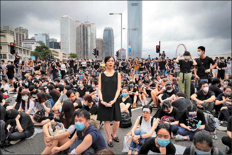 香港民眾反對香港政府修改「逃犯條例」(送中條例)的抗爭行動仍如火如荼,大批港人17日在立法會外堅守不退,逾千名群眾與泛民主派立法會議員下午更包圍特首辦公室,要求特首林鄭月娥出面對話。(美聯社)