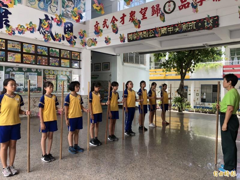 國中入學期半個月 這社區免費教孩子們理財、童軍棍…
