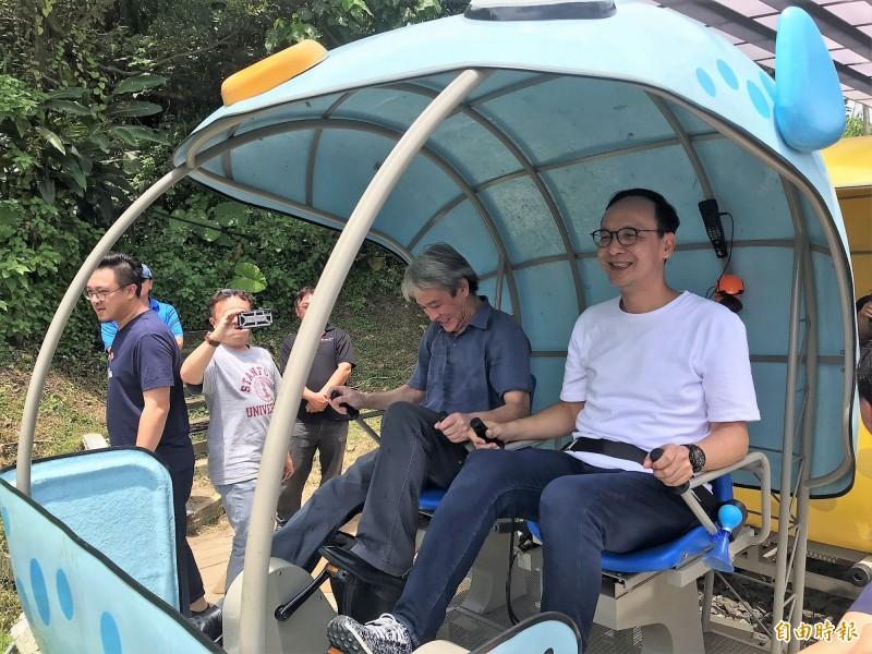 前新北市長朱立倫(右)說,台灣是屬於大家的,任何地方隨時都歡迎,就像柯文哲隨時歡迎來到新北,他也每天住在台北。(記者林欣漢攝)