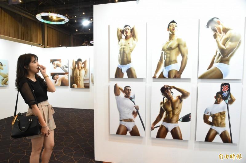 博客來百大藝術類攝影作家張晏廷,帶來這些年鏡頭下各類氣質男子的寫真記錄。(記者張忠義攝)