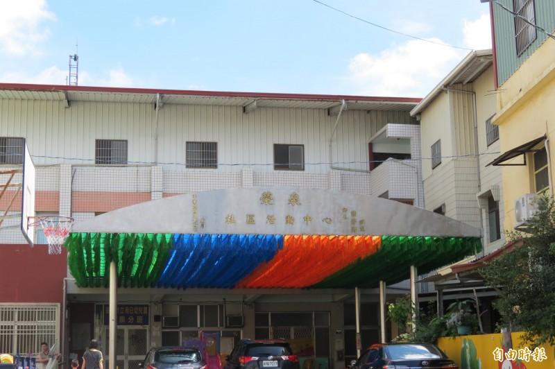 烏日榮泉里想成立社區關懷據點,但活動中心一樓已有幼兒園在使用,二樓不適合,里長尋求公所協助。(記者蘇金鳳攝)