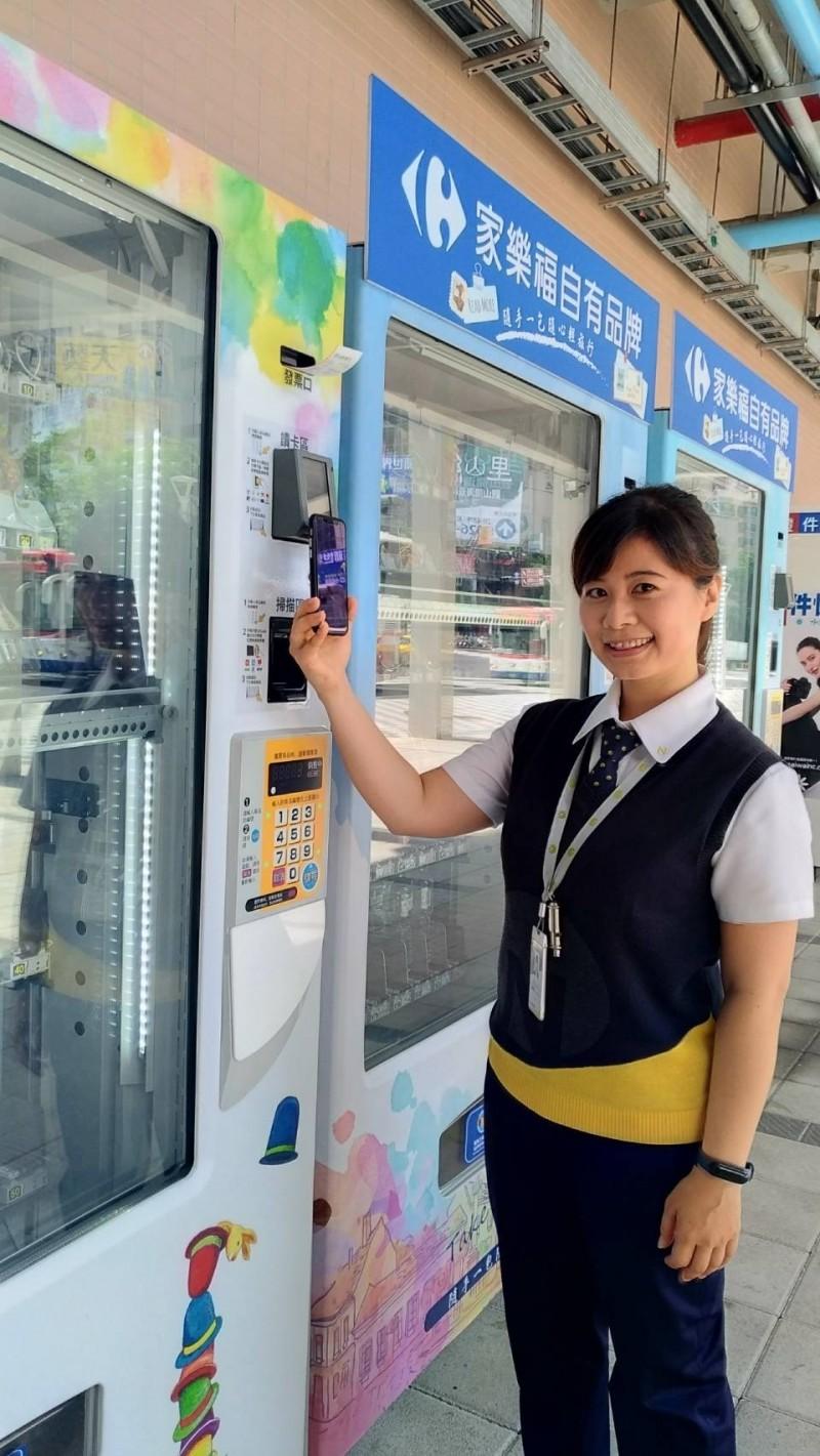 新北捷運公司與家樂福合作,在淡海輕軌V01紅樹林站與V07淡水行政中心站推出無現金購物體驗區。(新北捷運公司提供)