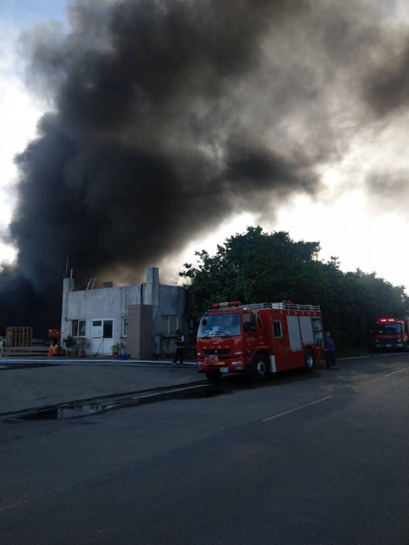 彰濱工業區線西區傳火災,黑煙濃濃。(記者劉曉欣翻攝)