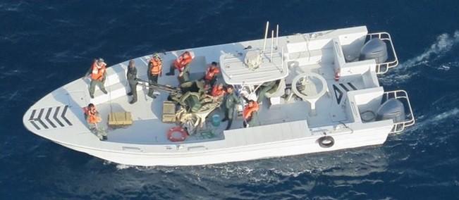 1艘武裝快艇悄悄接近遇襲油輪,船上搭載十餘名穿著深綠色服裝的不明人士。(歐新社)