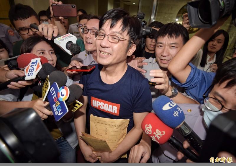 江明學去年被查獲安非他命毒品,移送台北地檢署複訊。(資料照,記者黃耀徵攝)