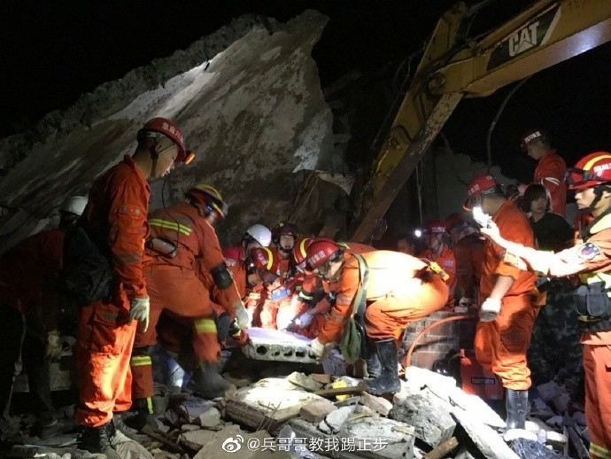 四川深夜連震,救難人員連夜展開搜救。(圖擷自微博)
