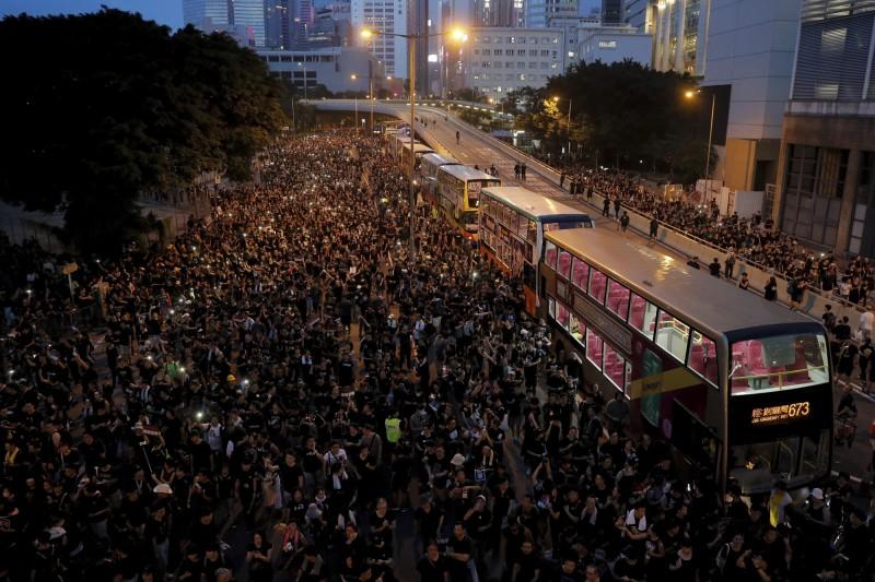 國際社會關注香港內部民意反修訂《逃犯條例》,英美政壇尤其高度關注,並對中國採取批判態度。(美聯社)