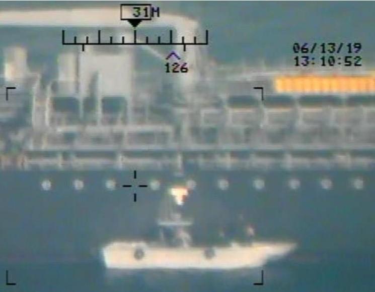 不明快艇在油輪遇襲事件發生後接近受害船隻,偷偷取走未引爆的水雷,美軍直指這艘就是伊斯蘭革命衛隊的快艇。(路透)