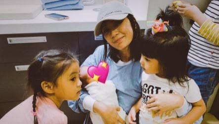 咘咘添弟弟了?賈靜雯再抱寶寶樂喊「人丁興旺」