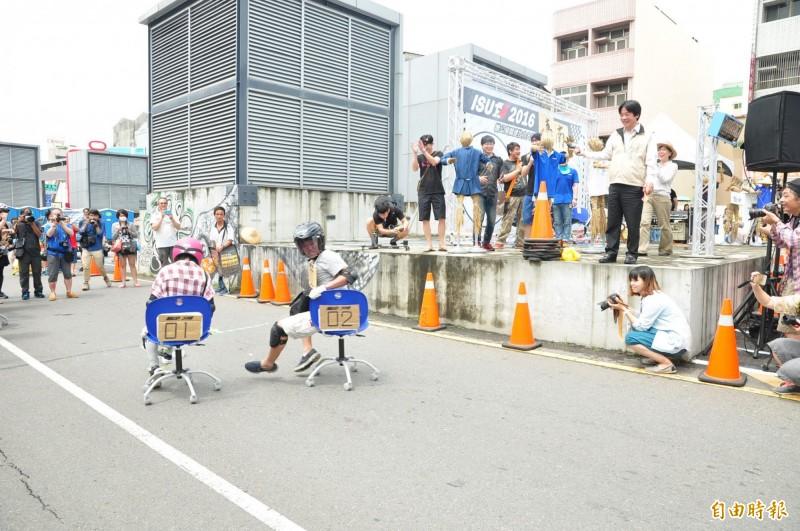 台日合作的辦公椅滑行30公尺競速賽2016年4月在台南市舉行,當時擔任市長的賴清德(右側看台上)還主持鳴槍起跑。(資料照,記者王俊忠攝)