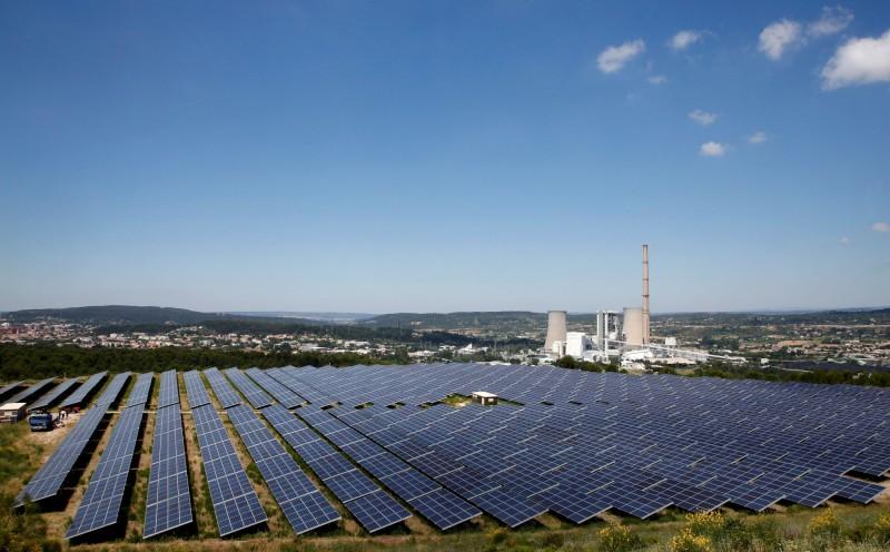艷陽高照的好天氣讓太陽能發電量大幅提高。圖為太陽能發電設備資料照,與本文無關。(路透)
