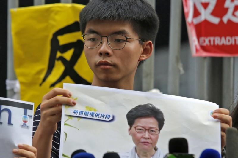 香港雨傘運動領袖黃之鋒斥林鄭的道歉,不真誠而虛偽。(美聯社)
