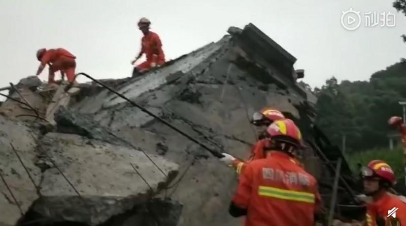 中國四川宜賓市深夜連震,目前已知有至少12死125人傷,當地救難部隊仍在持續搜救。(圖擷自微博)