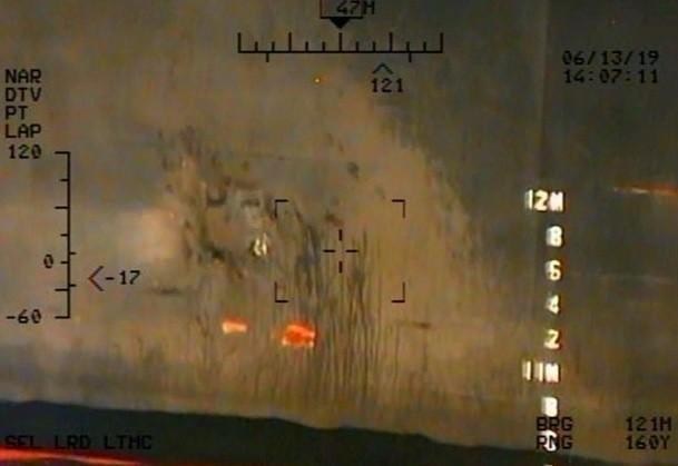 不明物體取在船體留下圓形痕跡,推測是水雷黏上船體的痕跡,周圍有小孔,則可能是固定水雷的釘孔。(路透)