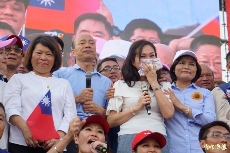 高雄市長韓國瑜15日在雲林造勢,妻子李佳芬見到支持者,在台上頻頻拭淚。(資料照)