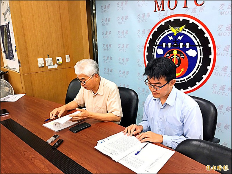 交通部公路總局表示,今年9月起所有未入地人手孔蓋抗滑標準都須達50BPN以上。(記者蕭玗欣攝)