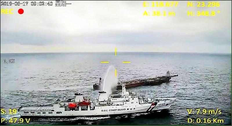 無人機進行蒐證,艦隊分署高雄艦以水砲驅離。(澎湖海巡隊提供)