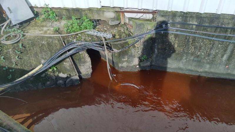 抓到了!台中大里食品廠趁大雨排廢水 染紅整條水溝