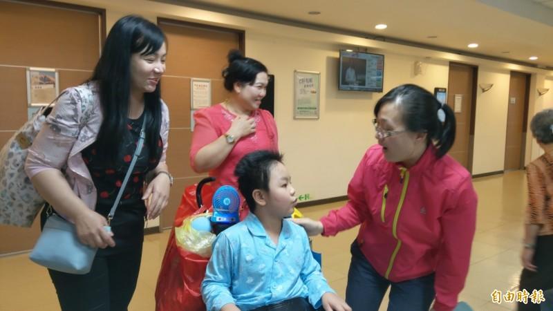 謝沛帛今天到羅東博愛醫院回診,評估腦部狀況,曾照顧過他的羅東高商教官鄭舒怡到場打氣。(記者張議晨攝)