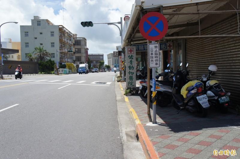 遊覽車上下載客影響公車停等區,經警方整頓已恢復秩序。(記者劉禹慶攝)