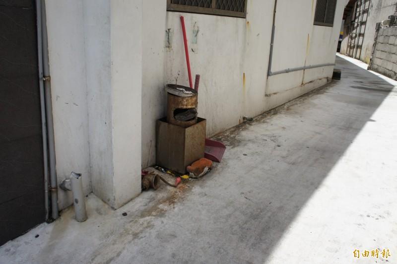 由於遊客吸菸亂丟菸蒂,引發居民不悅,店家設立簡易熄菸筒因應。(記者劉禹慶攝)