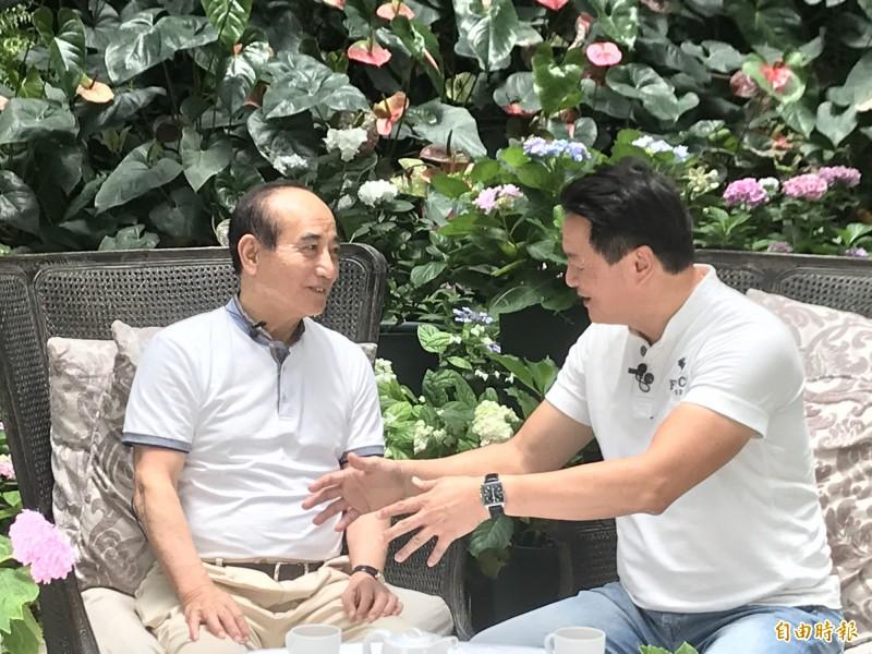 前立法院長、國民黨立委王金平(左)今天爲了「台灣金團結」(Taiwan Assemble)網路直播節目,到台灣花鳥園拜訪前立院同事周錫瑋暢談國家大事也敘舊。(記者黃美珠攝)