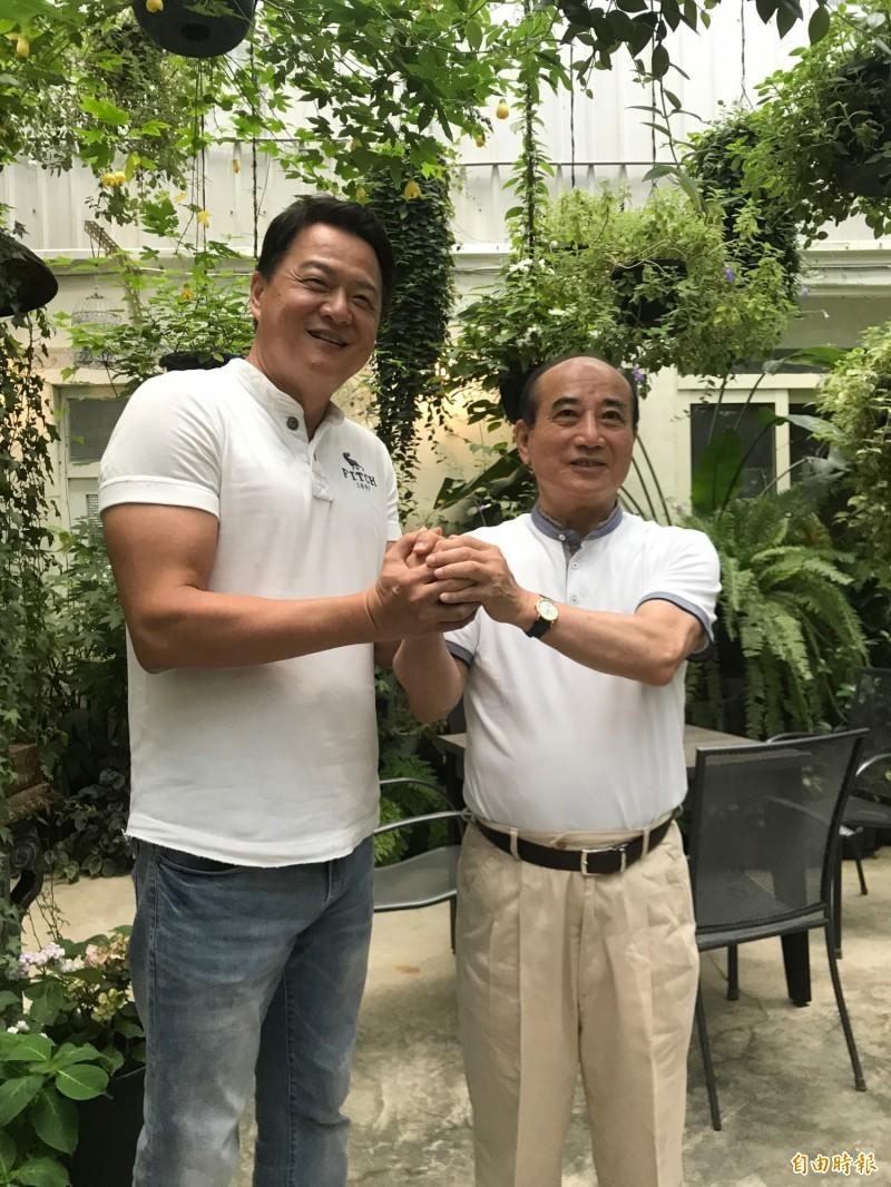 前台北縣長周錫瑋(左)說,他跟前立院院長王金平有2代的公誼和私交。(記者黃美珠攝)